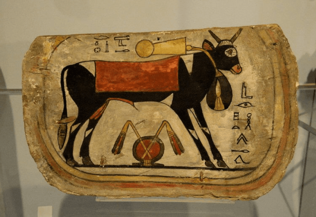 Painted coffin footboard with Apis bull from Egypte, 8th to 4th century BCE (foto Osama Shukir Muhammed Amin)