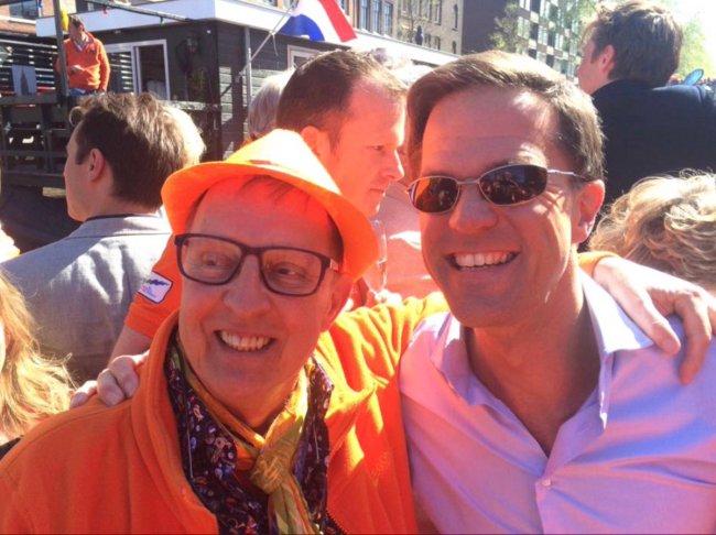 Mark Rutte met Jan Swinkels, de echtgenoot van Rolodex verdachte Jan Wolter Wabeke (foto Truth hits everybody)