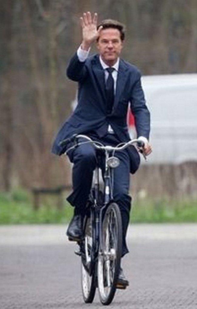 Mark Rutte op de fiets (foto Twitter)