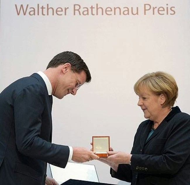 Rutte ontvangt Walther Rathenau Preis uit handen van Angela Merkel in Berlijn (foto Spinoza Blog)