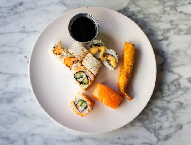 suhi-and-tempura-with-dark-sauce
