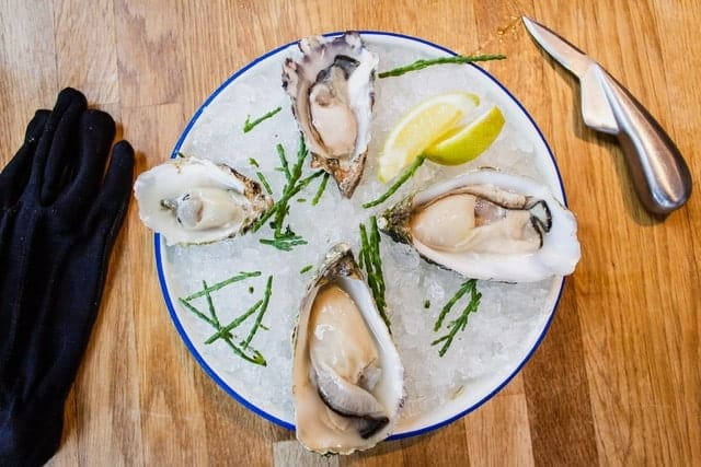 Oysters-on-ice-with-lemon