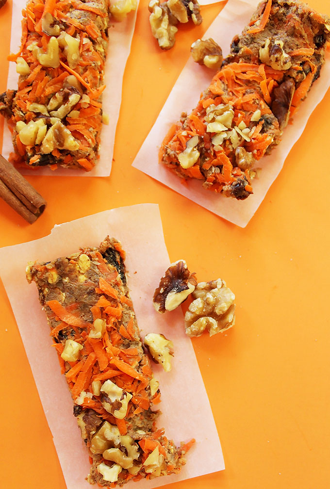 Carrot Cake Granola Bars. Satisfy your sweet tooth in a healthy way. Contains real shredded carrots. Easy to make! #vegan #glutenfree | robustrecipes.com