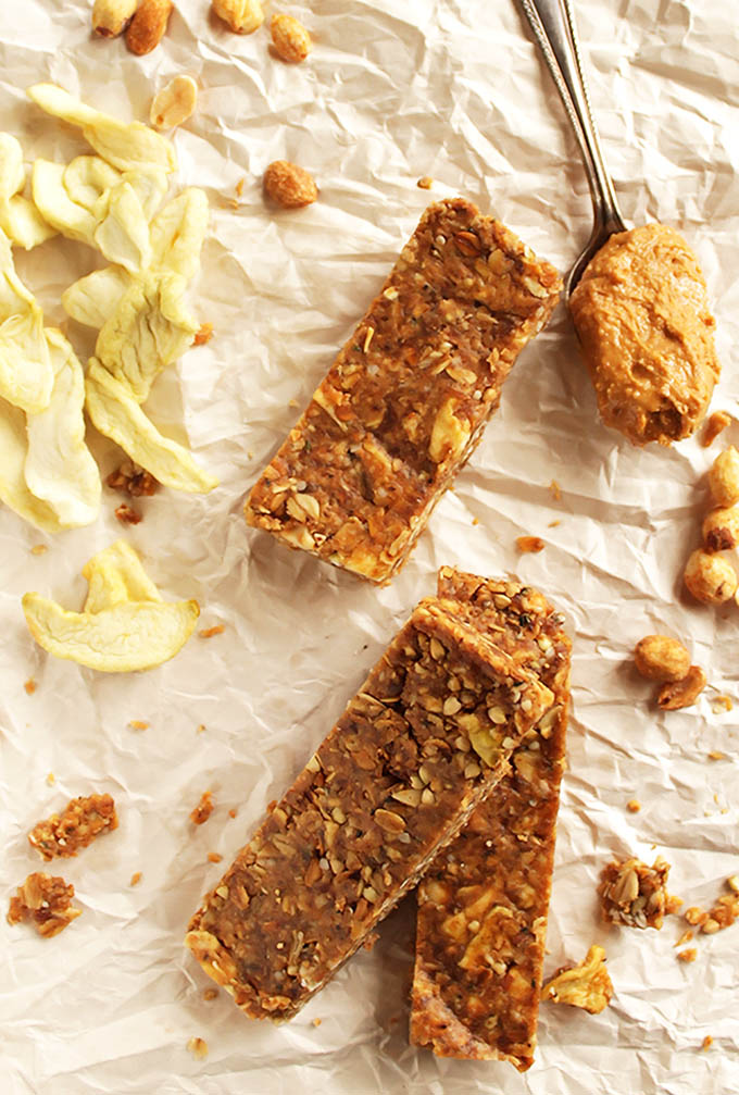 Peanut Butter Apple Granola Bars - Chewy granola bars with healthy ingredients. This recipe is EASY to make. Perfect for snack time! vegan/gluten free | robustrecipes.com