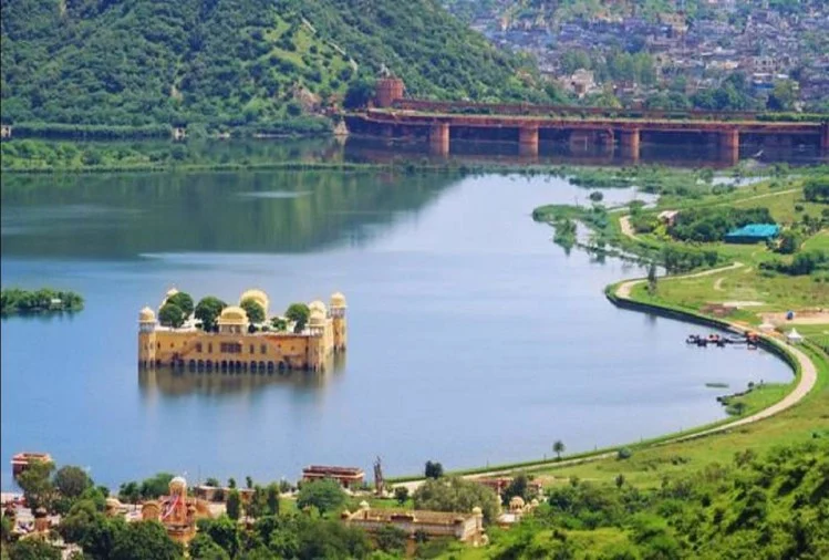 Jal Mahal Palace In Jaipur Surrounded By Water