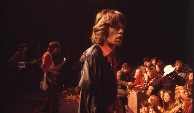 Los Rolling Stones en mitad de su actuación en el concierto Altamont Speedway Free Festival.