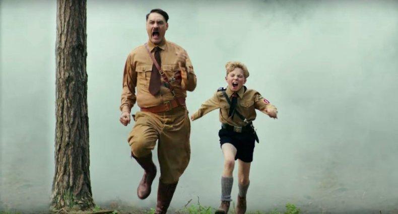 Fotograma de la película JoJo Rabbit donde Hitler y JoJo aparecen corriendo