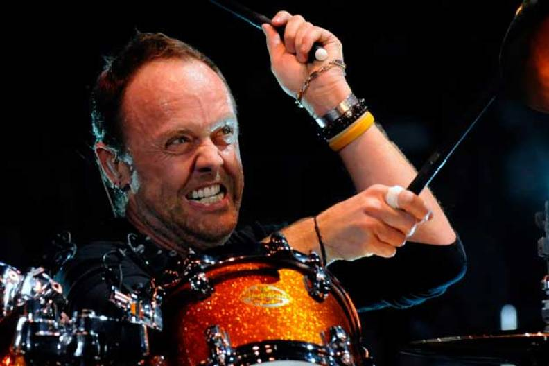 Lars Ulrich playing drums