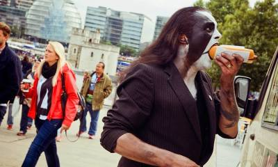 Abbath eating a hot dog