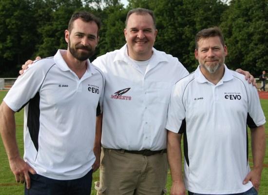 V.l.n.r. QB Coach Martin Krefft, Rockets Präsident Thorsten Kruppka, rechts Dfense Coach Jochen Vollmer. Foto: flixpix.de