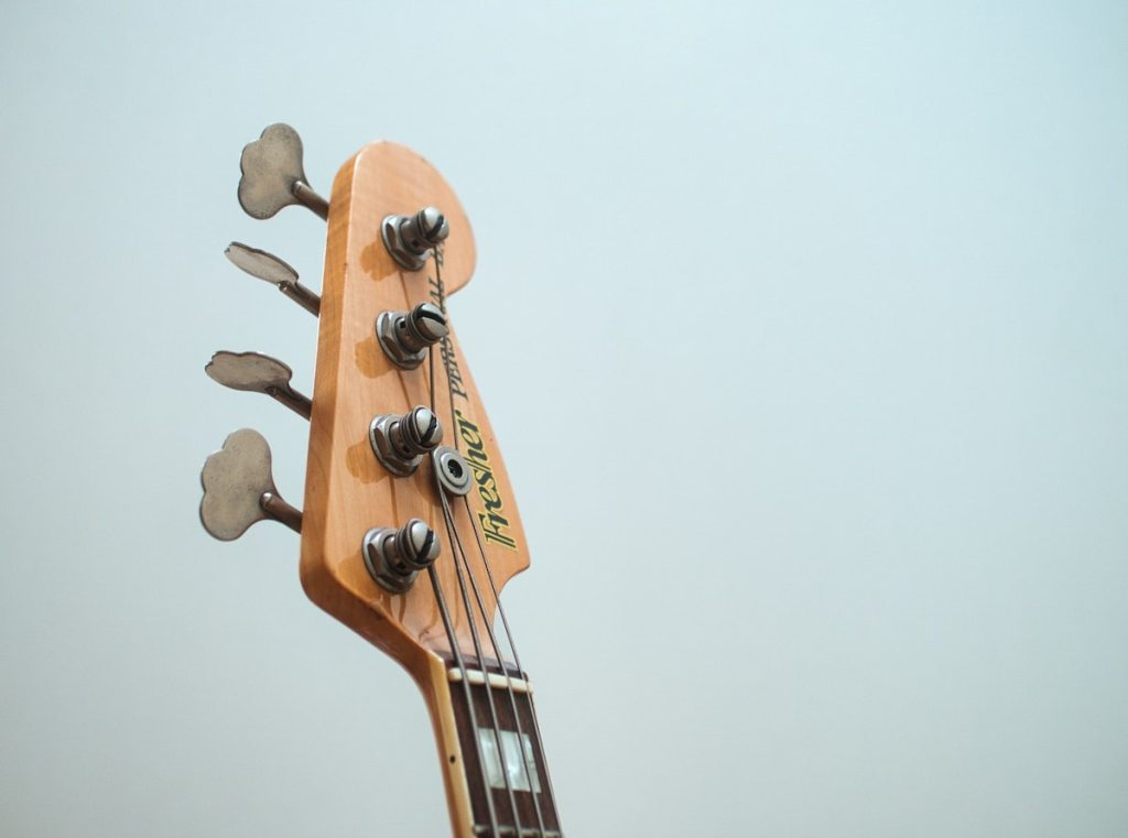 tuning pegs on bass guitar