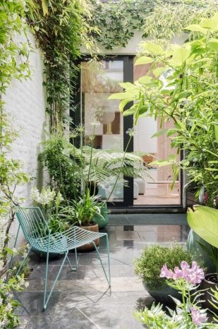 Small courtyard garden with seating area design and layout 71