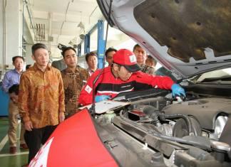 Mekanik Jepang menangani langsung mobil konsumen Mitsubishi