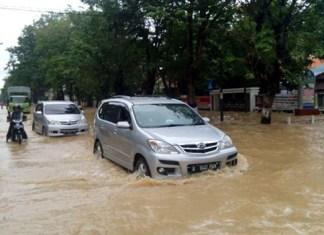 mobil terobos banjir