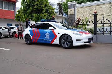 Mobil patroli tesla model 3