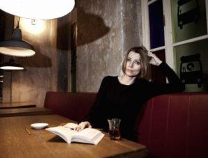 haine asortate cu cartea Elif Shafak Neil Gaiman