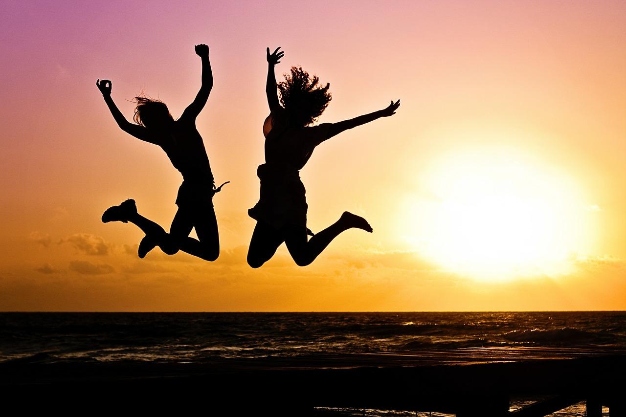 2人の人がジャンプして喜んでいる