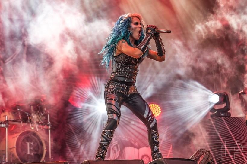 Zpěvačka Arch Enemy Alissa White-Gluz rozjela show před fanoušky na Masters of Rock