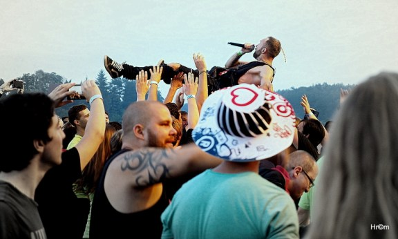 Zpěvák Pipes and Pints plaval nad hlavami fanoušků