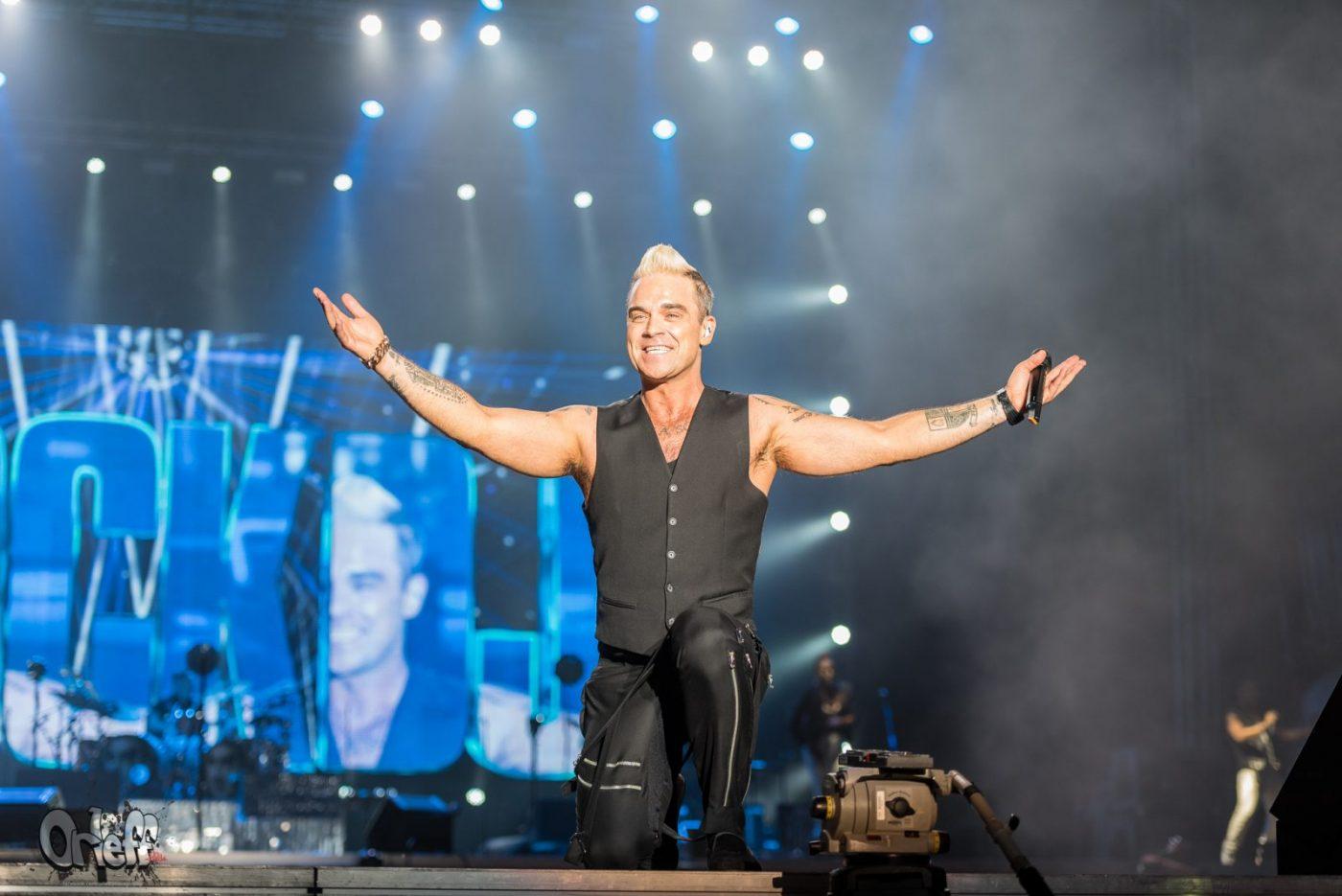 Robbie Williams издаде коледен албум с гости като Rod Stewart и Bryan Adams