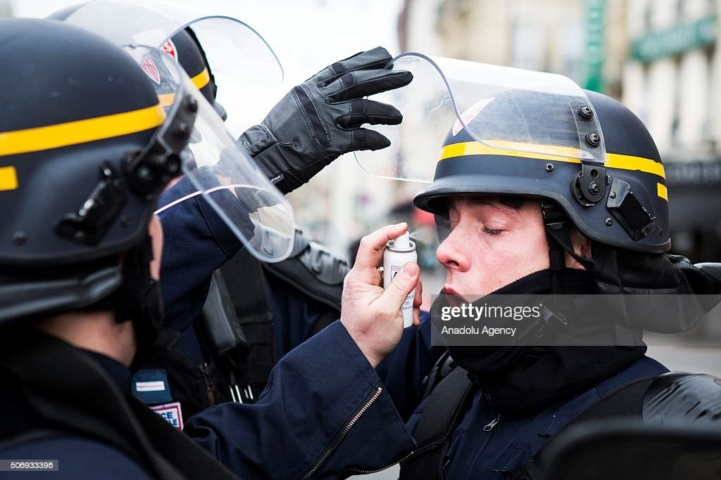 Le Meilleur A Riot Police Officer Is Helping By Colleagues In Porte Ce Mois Ci