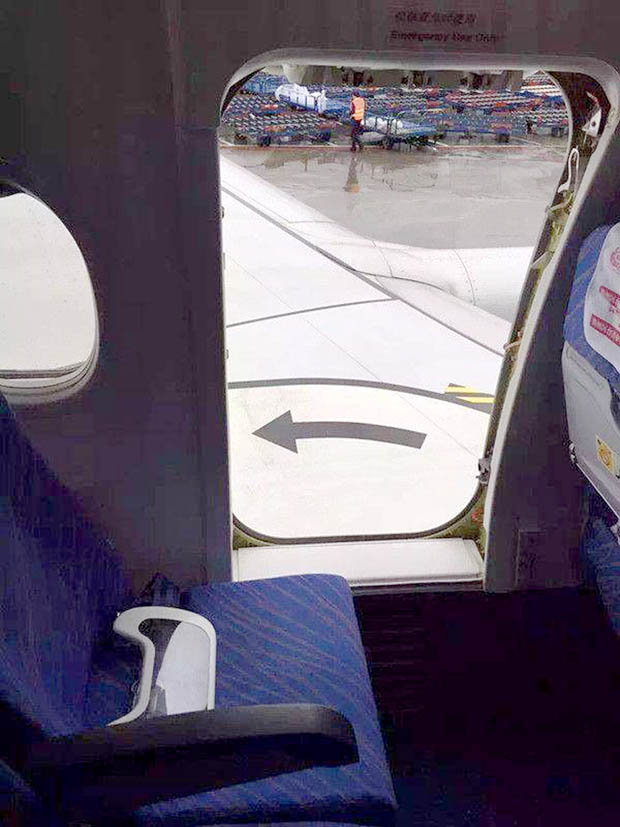 Le Meilleur Plane Passenger Arrested After Opening Door To Get Some Ce Mois Ci