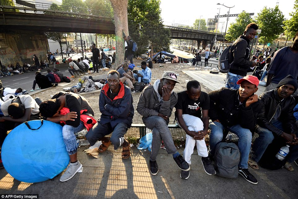 Le Meilleur Paris Shanty Town Housing 2 500 Migrants Is Torn To Ground Ce Mois Ci