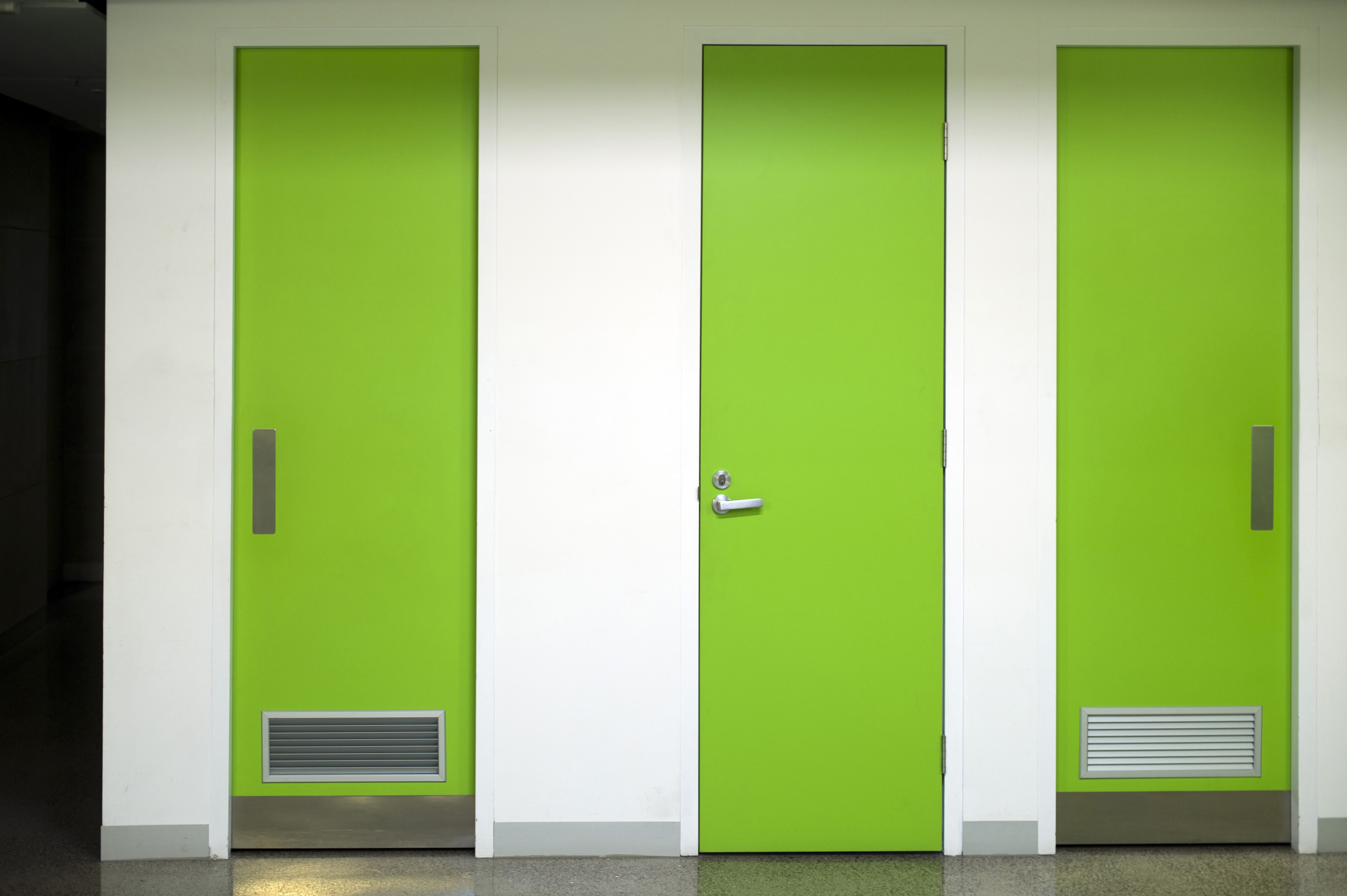 Le Meilleur Image Of White Wall With Three Bright Green Doors Ce Mois Ci