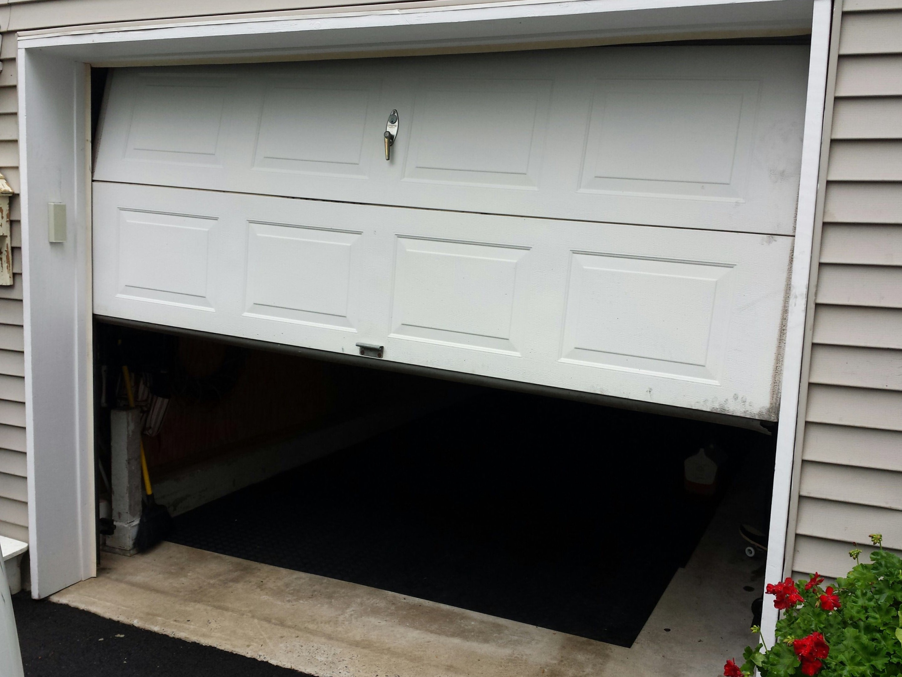 Le Meilleur 4 Reasons Why Your Garage Door Is Squeaking Ce Mois Ci