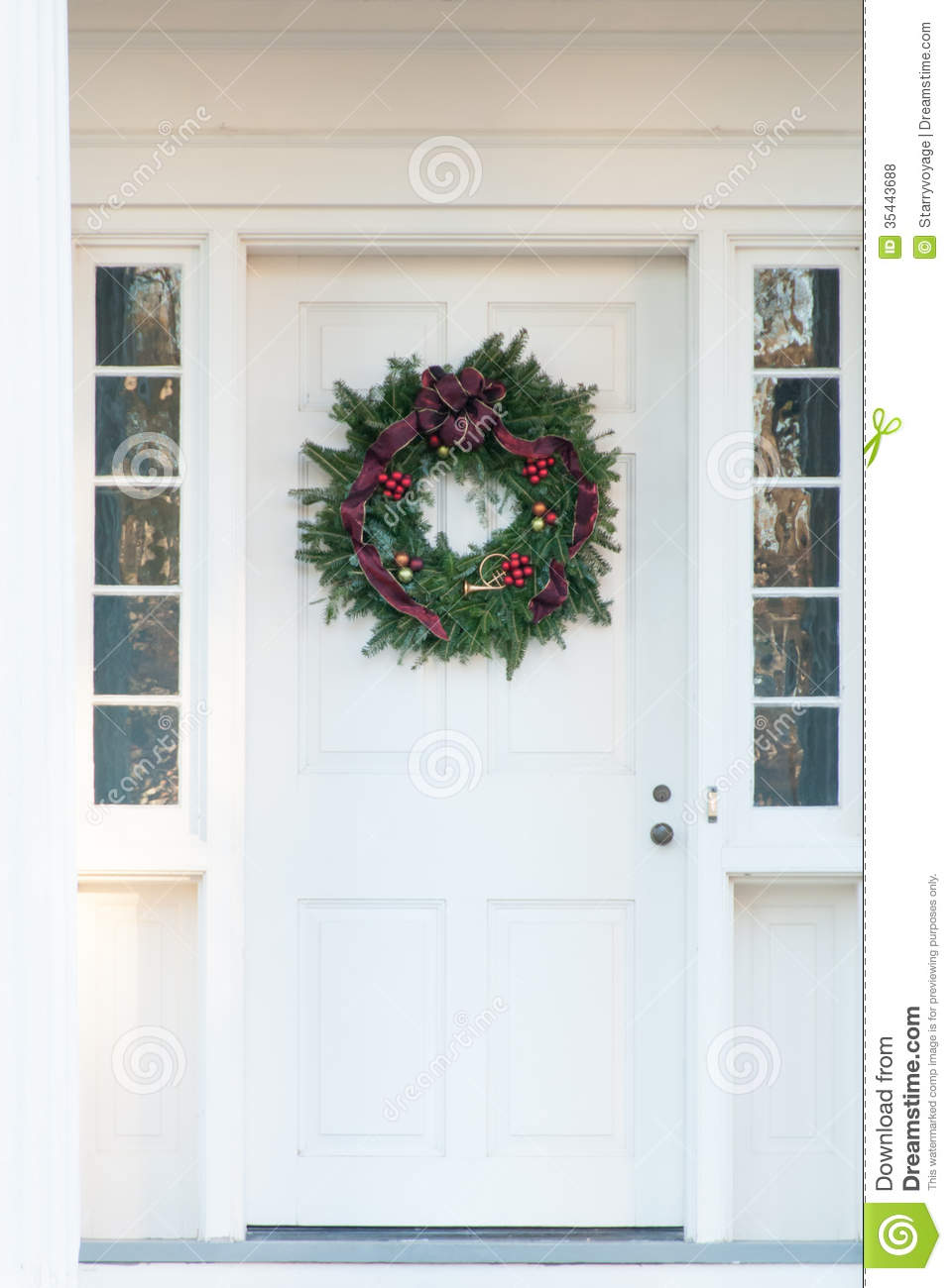 Le Meilleur Green Christmas Wreath On White Door Stock Photo Image Ce Mois Ci