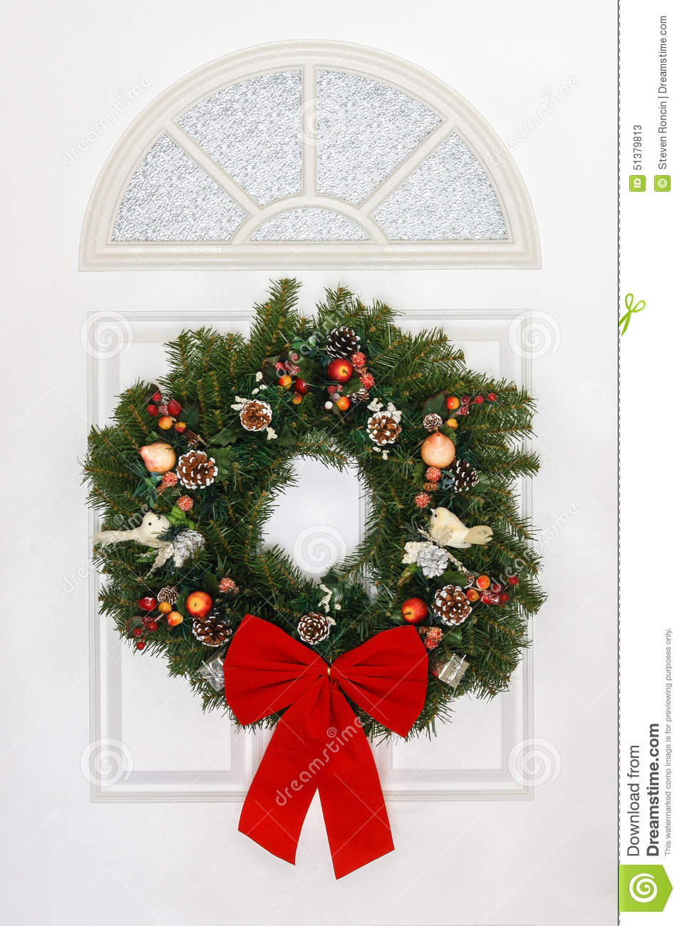 Le Meilleur Pine Christmas Wreath With Red Bow Hanging On White Door Ce Mois Ci