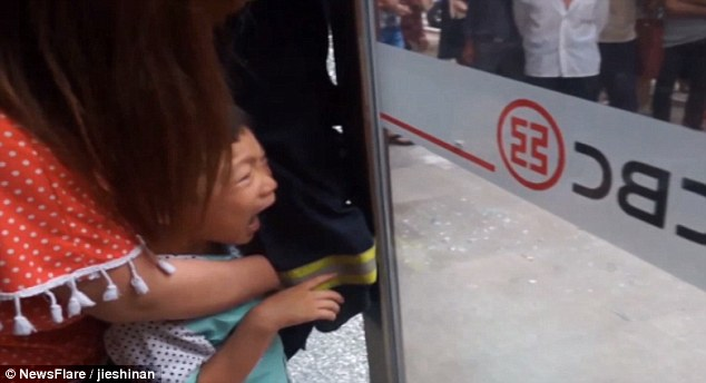 Le Meilleur Eye Watering Moment A Young Chinese Boy Gets His Fingers Ce Mois Ci