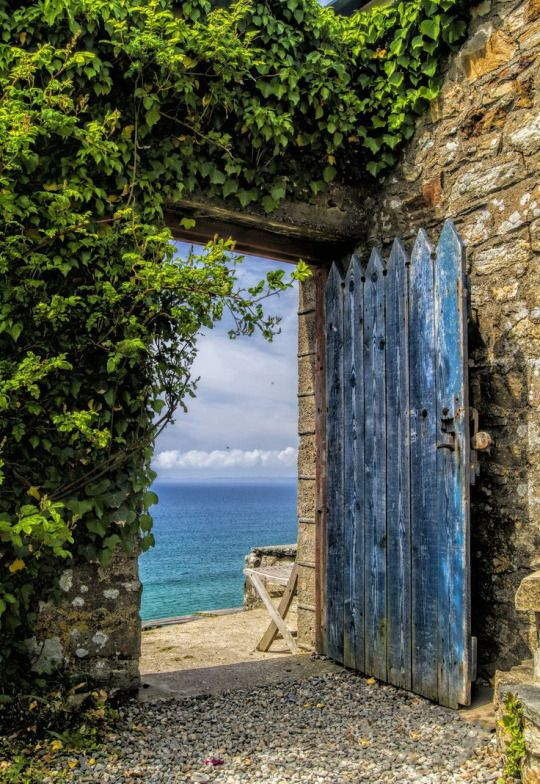 Le Meilleur Blue Door Opening To A Beautiful Sea View Blue Doors Ce Mois Ci