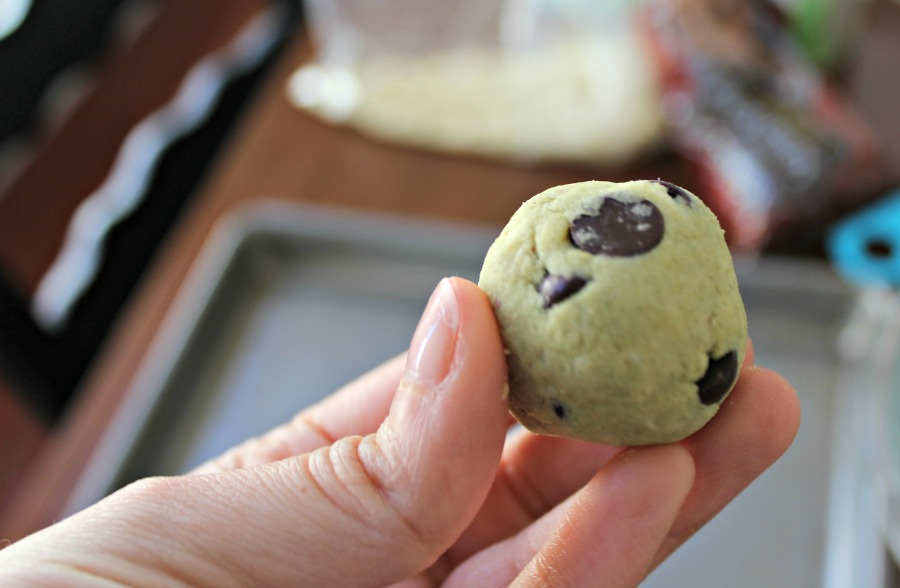 "Roll cookie dough into 1"" balls."