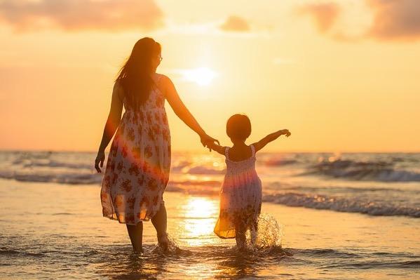 夕方のビーチにいる母と娘