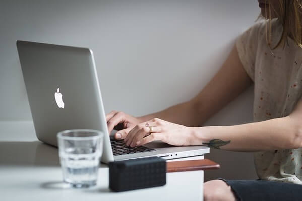 MacBookで仕事をする人