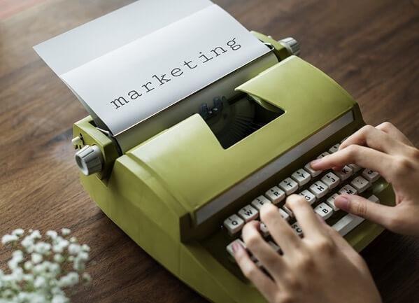 タイプライターで書いたマーケティングという文字