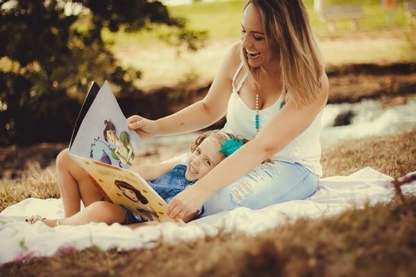 母が娘に物語を読んであげているところ