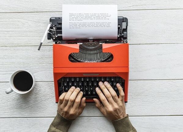 物語をタイプライターで書いている人