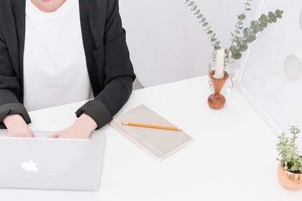 MacBookで仕事をする女性