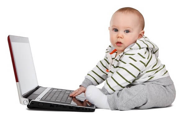 赤ちゃんがパソコンで学習している