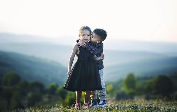 抱き合う子どもたち