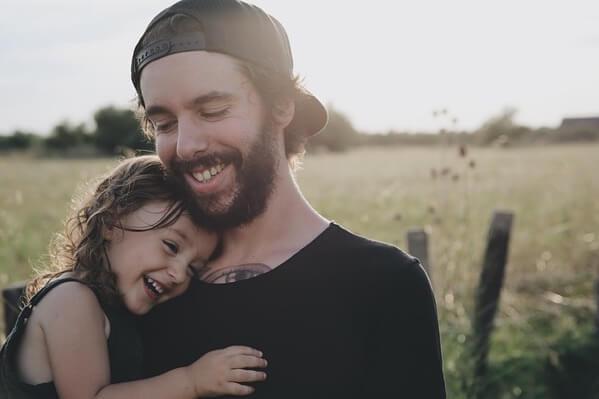 娘を抱っこする父