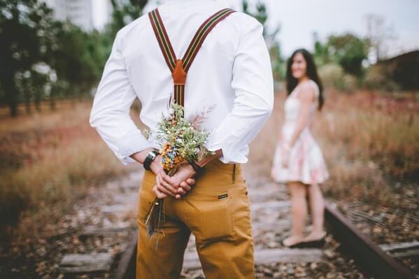 男性が花束を持っている