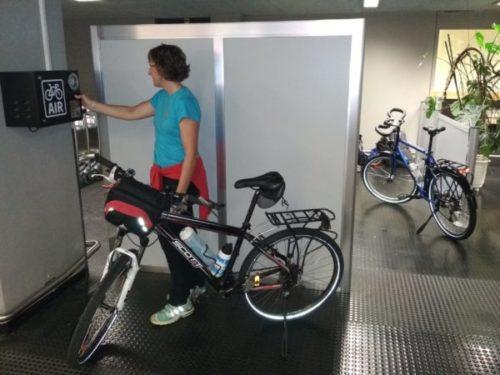 zona de montaje de bicis en el aeropuerto de Basel
