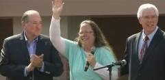 Kim Davis in libertate - cu fost guvernator si candidatul prezidential baptist Mike Huckabee si avocatul de la Liberty Counsel