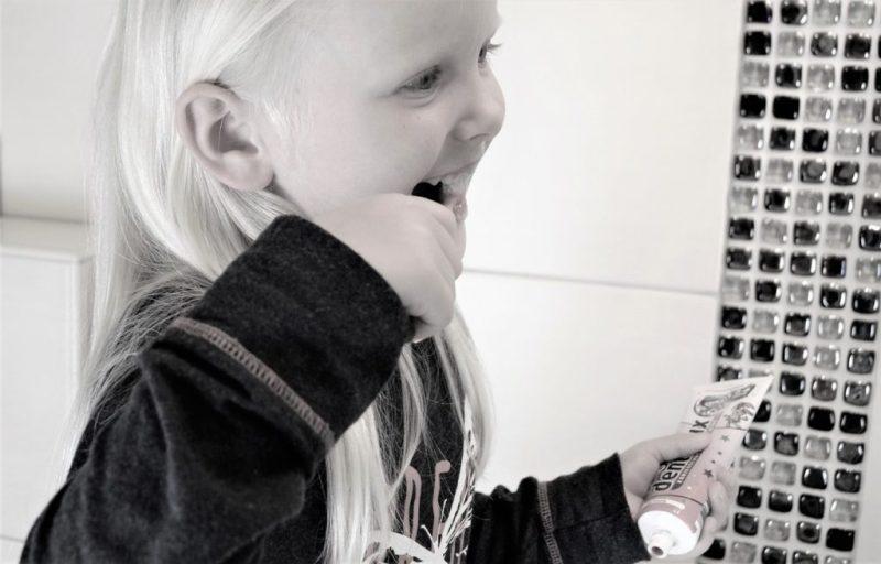 Girl Tooth Brushing Teeth - jennyfriedrichs / Pixabay