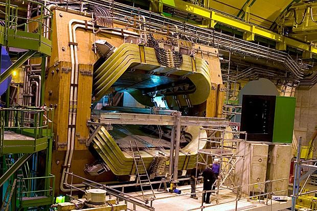 O detector de partículas LHCb, uma estrutura metálica de 1500 toneladas; a câmara onde ocorre as colisões é ladeada por dois ímãs de 27 toneladas (Foto: Maximilien Brice/Cern)