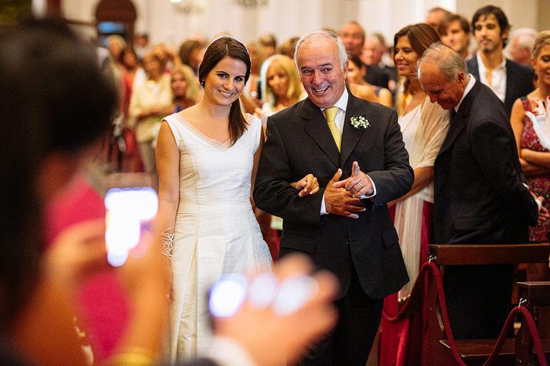 novia entrando a la iglesia con su padre