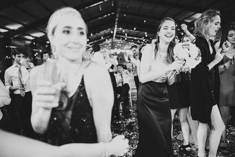 novia tirando su ramo en casamiento
